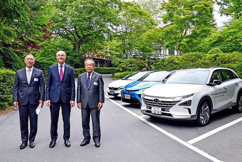 (V.l.n.r.): Executive Vice Chairman Euisun Chung van Hyundai Motor Group, Air Liquide-voorzitter Benoît Potier en voorzitter van Toyota Takeshi Uchiyamada geven leiding aan de Hydrogen Council.