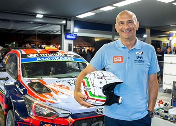 Toerwagenkampioen Gabriele Tarquini zweet peentjes in rallyauto Hyundai i20 WRC