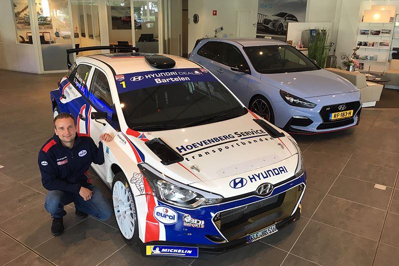 Bob de Jong naast zijn rallyauto Hyundai i20 R5 (foto Erik van 't Land/RallyPicture).