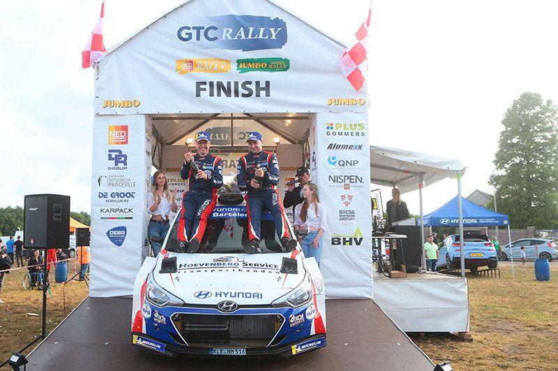 Bob de Jong (rechts) en zijn navigator Bjorn Degandt vieren hun overwinning in de GTC Rally (foto Erik van 't Land/RallyPicture