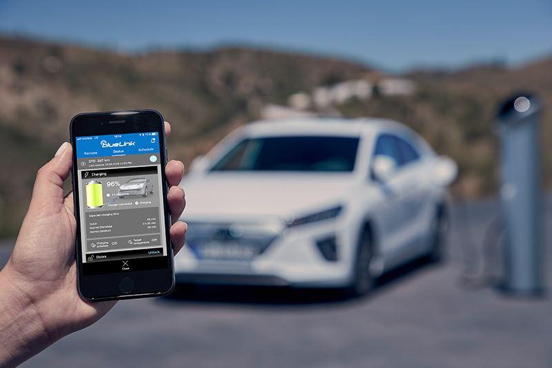Met een app kun je diverse functies van de nieuwe Hyundai IONIQ op afstand bedienen.