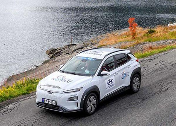 Primeur in het wielrennen: elektrische Hyundai's als volgauto