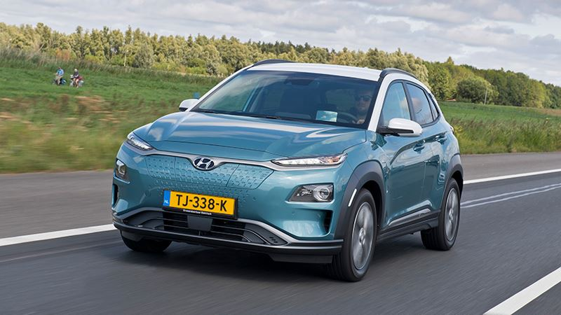 Volgens WhatCar? komt de Hyundai KONA het verst van alle elektrische auto's.