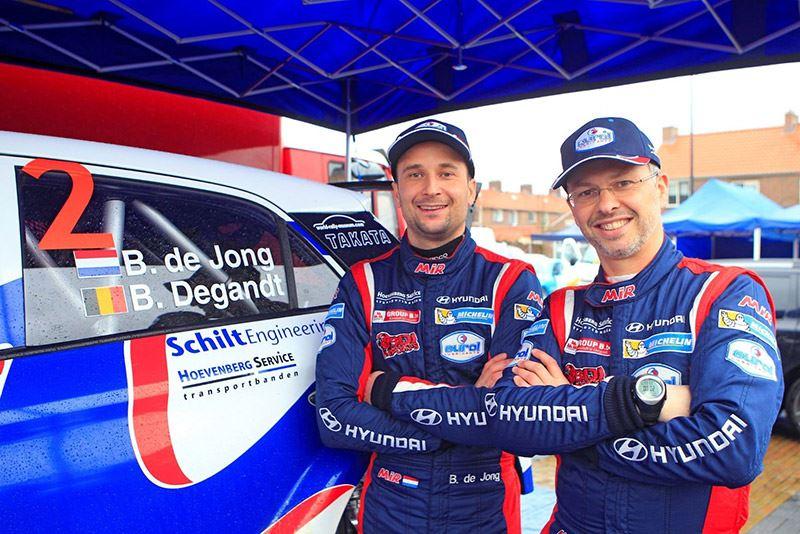 Bob de Jong (links) en zijn navigator Bjorn Degandt zijn Nederlands kampioen rallyrijden (foto Erik van 't Land/RallyPicture).