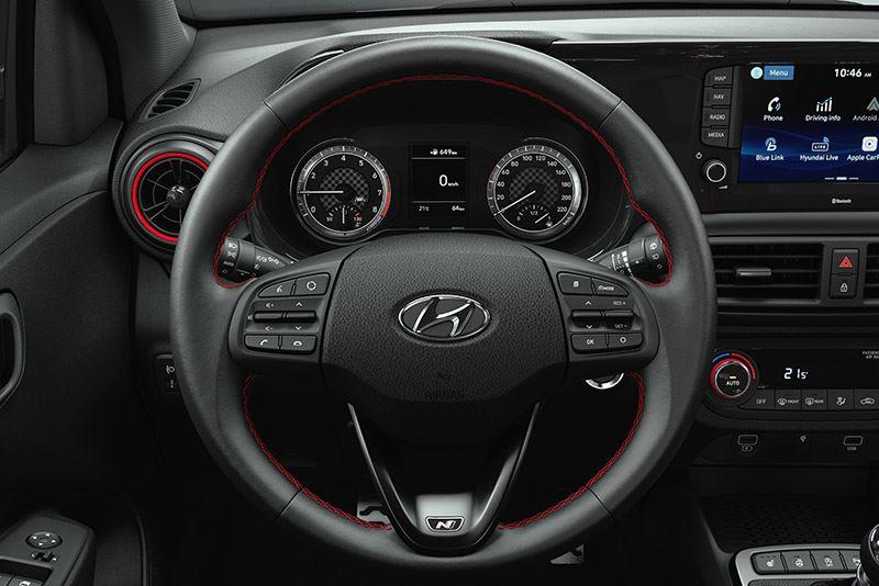 Ook opvallend in het interieur van de Hyundai i10 N Line: het stuurwiel met N-logo en het sportieve instrumentarium.