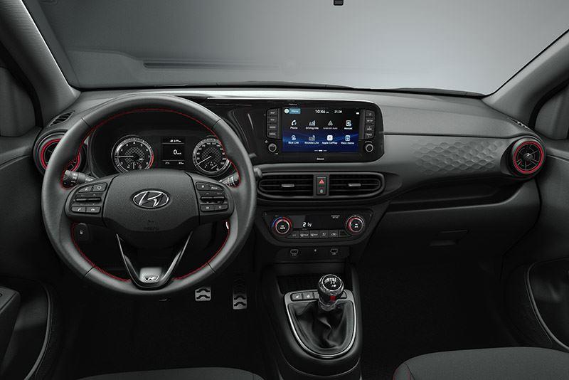 Veel details binnenin de Hyundai i10 N Line doen denken aan het interieur van een raceauto, zoals de rode ringen rond de ventilatieroosters en aluminium-look pedalen.