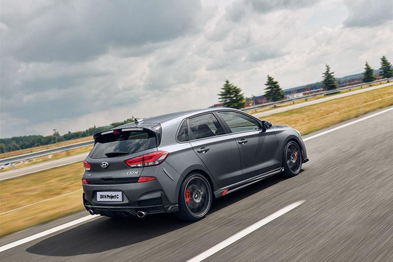 De Hyundai i30 N Project C weegt minder dan de hot hatch i30 N en rijdt bij hoge snelheden strakker over het asfalt.
