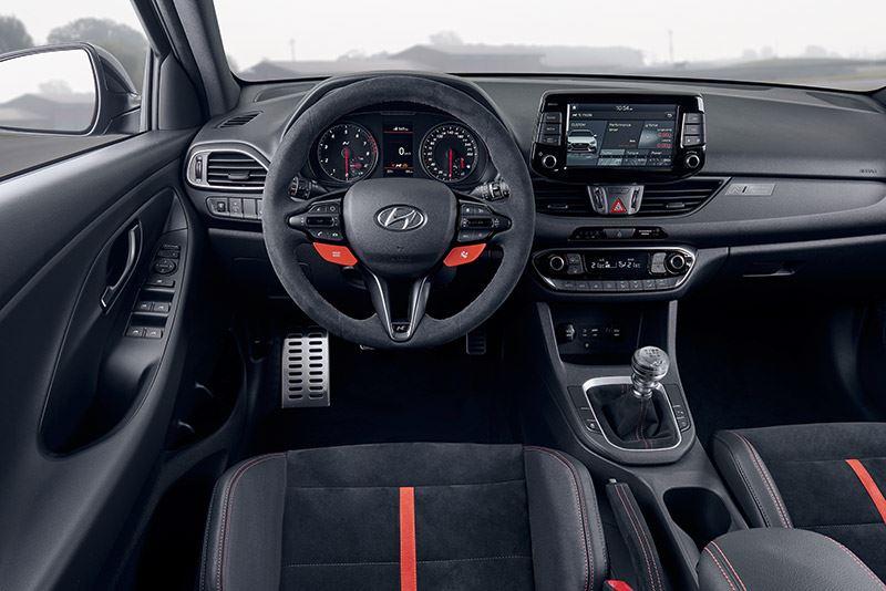 In het interieur van de Hyundai i30 N Project C is veel alcantara te vinden, onder meer op het stuurwiel en bij de versnellingshendel en handrem.
