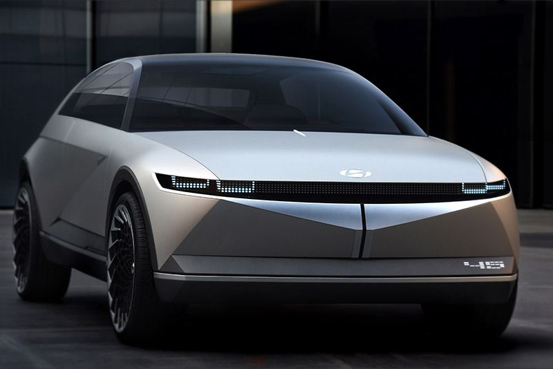 Het getal 45 verwijst ook naar de hoeken van 45 graden waarin de voor- en achterzijde van de Hyundai 45 zijn getekend.