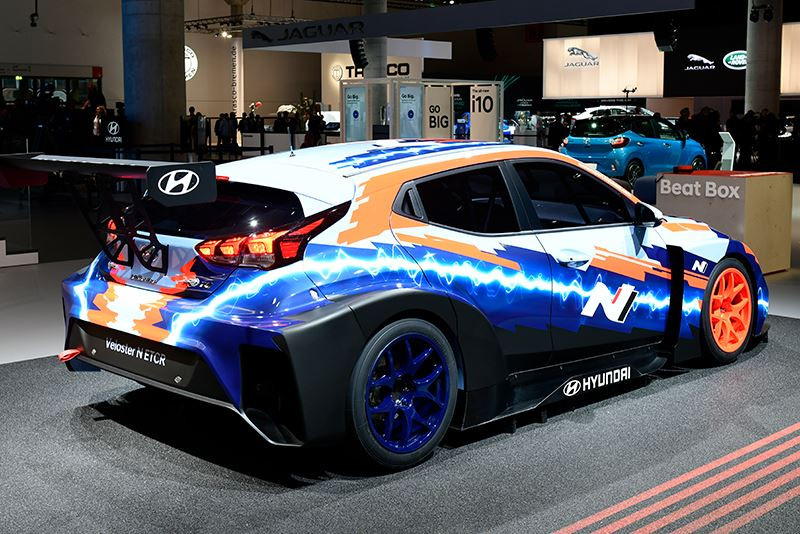 De elektrische raceauto Hyundai Veloster N ETCR heeft achterwielaandrijving en beschikt over een middenmotor.