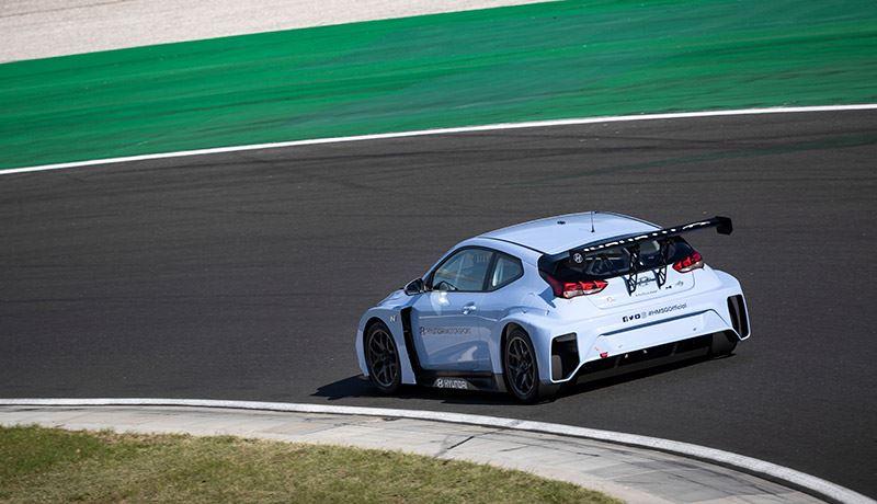De Hyundai Veloster N ETCR heeft een elektrische motor die in het midden van de bolide is geplaatst.