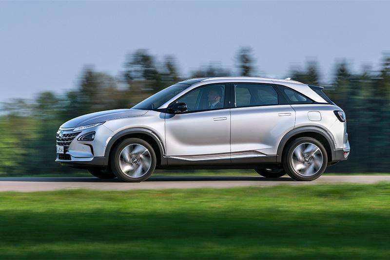 De Hyundai NEXO rijdt niet op benzine of diesel, maar op waterstof. Een brandstofcel zet waterstof om in elektriciteit.