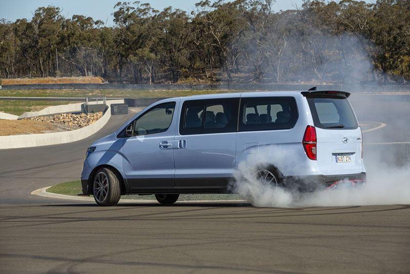 De supersnelle bestelauto Hyundai iMax N staat op speciale 19-inch lichtmetalen wielen en is achterwielaangedreven.