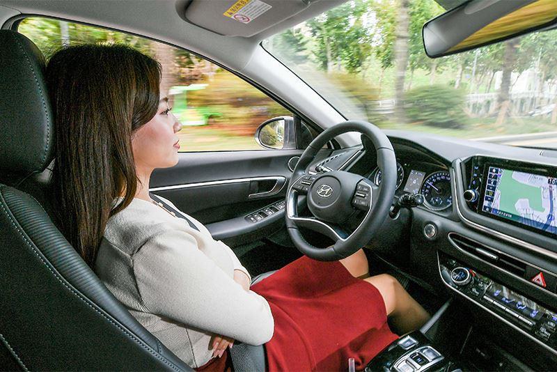 Dankzij het zelflerende karakter rijdt de slimme Smart Cruise Control van Hyundai autonoom op precies dezelfde manier als de bestuurder.
