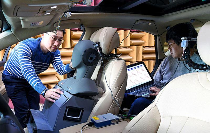 Uitvoerige tests wijzen uit dat het geluidsniveau in een Hyundai met Road Noise Active Noise Control (RANC) met 3 dB daalt.
