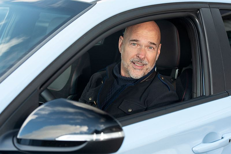 Rob Kamphues rijdt in de Hyundai i30 Fastback N. 'Technisch vind ik 'm fenomenaal. Je ziet vanbuiten niet waar-ie allemaal toe in staat is.'