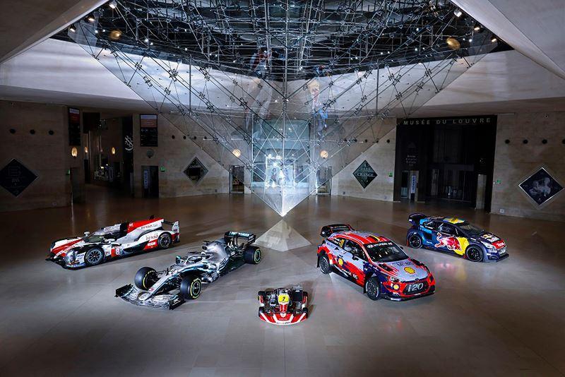 Alle prominenten uit de racewereld én hun bolides – met tweede van links de Formule 1-auto van wereldkampioen Lewis Hamilton en tweede van rechts de rallyauto van Thierry Neuville – waren aanwezig tijdens het prestigieuze FIA Prize Giving gala.