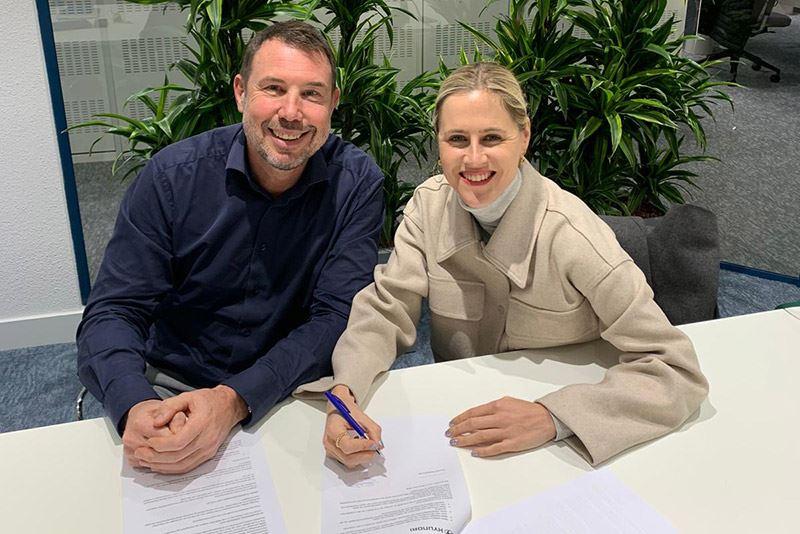 Linda Tol en Mike Belinfante, Manager Public Relations bij Hyundai Nederland, beklinken de samenwerking.