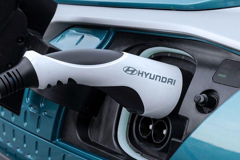 Het opladen van de Hyundai KONA Electric 39 kWh aan de wallbox thuis duurt 4 uur en 50 minuten.