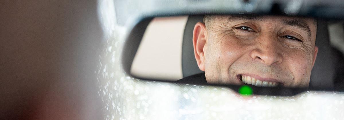 Taxichauffeur Abdeslam Emoden rijdt de IONIQ Electric
