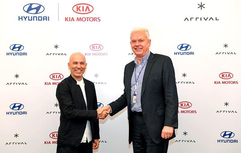 Albert Biermann (rechts) van Hyundai en Denis Sverdlov van Arrival.