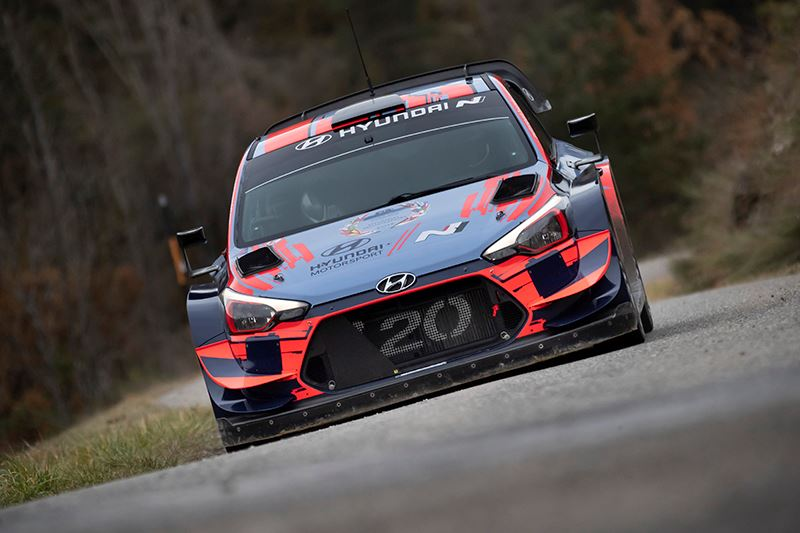 Rallyrijder Ott Tänak in actie in zijn Hyundai i20 WRC.