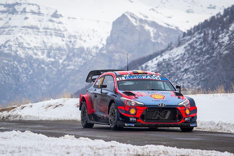 Hyundai-coureur Thierry Neuville in actie in de Rally van Monte Carlo 2020.