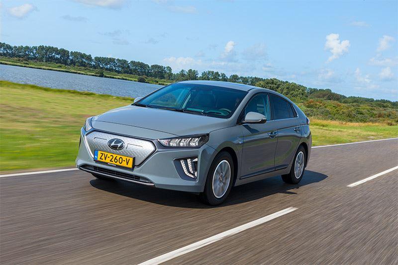 Met de Hyundai IONIQ Electric kun je de Elfstedentocht in een adem uitrijden.