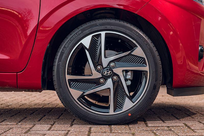 Auto & mobiliteit vindt 'de Hyundai i10 i-Drive' van nog geen dertien mille een verbazend geavanceerd autootje'.