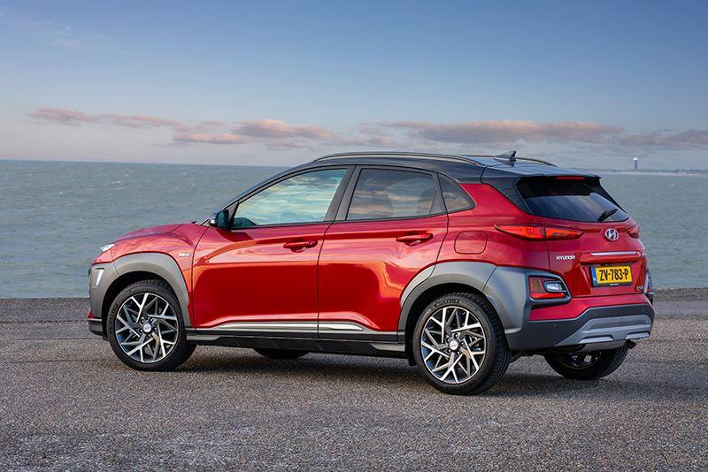 De Hyundai KONA Hybrid gebruikt elektrische aandrijving om verder te komen op een liter benzine.
