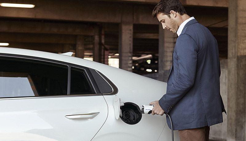Via de Hyundai-dealer kun je heel eenvoudig een laadpunt met bijbehorende laadpas van Vattenfall aanschaffen.