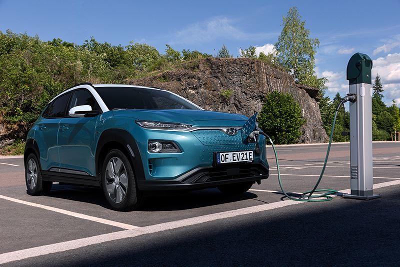 De KONA Electric met 64 kWh-batterijpakket kan volgens de WLTP-meetcyclus op een enkele acculading maar liefst 484 kilometer afleggen.