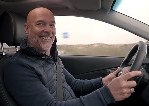 VIDEO: Wat als F1-presentator Rob Kamphues achter het stuur van een KONA Electric kruipt?