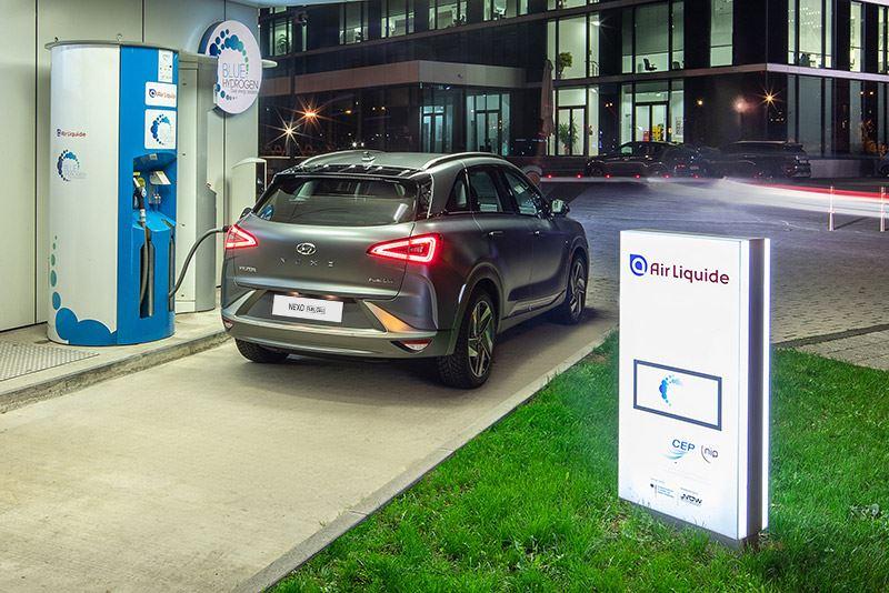 Nederland telt momenteel vijf vulpunten waar auto's met een brandstofcel als de Hyundai NEXO waterstof kunnen tanken.