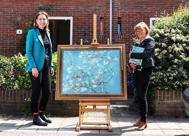 Saskia (rechts) ontvangt uit handen van algemeen directeur Van Gogh Museum Emilie Gordenker haar eigen Amandelbloesem. Foto: Mark Engelsman