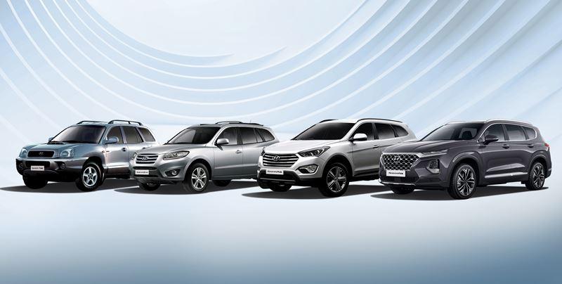 Van links naar rechts: de eerste, tweede, derde en vierde generatie Hyundai Santa Fe.