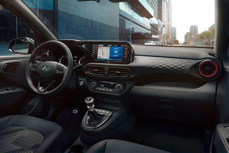 Het interieur van de Hyundai i10 N Line met rode ringen rond de ventilatieroosters.