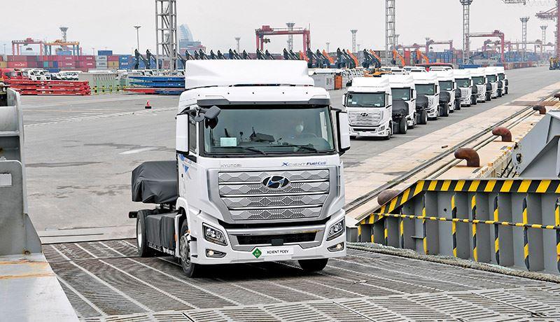 Tien exemplaren van de waterstoftruck Hyundai H2 Xcient gingen onlangs op de boot naar Europa.