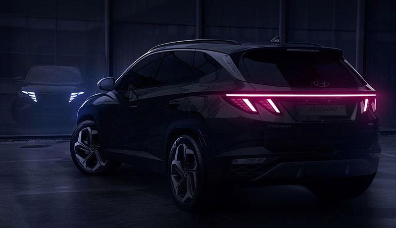 De achterlichtunits van de nieuwe Hyundai Tucson zijn met elkaar verbonden door een rode accentlijn.
