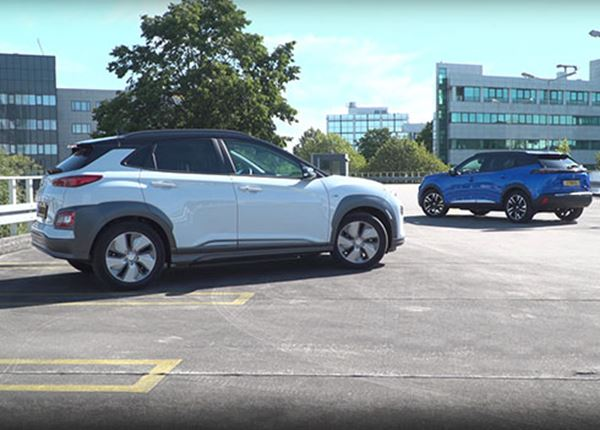 Routinier KONA Electric verslaat debutant Peugeot e-2008