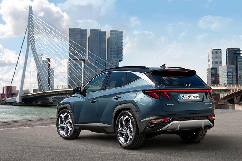 Om de breedte van de nieuwe Hyundai Tucson visueel te versterken zijn de nieuw ontworpen achterlichtunits met elkaar verbonden door een rode accentlijn.