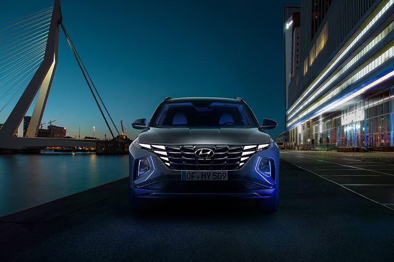 De dagrijverlichting van de nieuwe Hyundai Tucson is fraai geïntegreerd in de grille en komt pas tevoorschijn wanneer die wordt ingeschakeld.