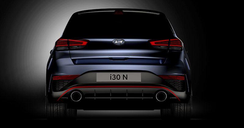 De vernieuwde Hyundai i30 N krijgt een nog sportiever design, met o.a. een agressief ogende achterbumper en twee grote uitlaatpijpen.