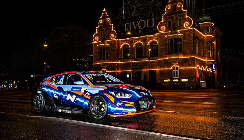 Om de deelname aan de ETCR Series te vieren, maakte coureur Augusto Farfus een rit door Kopenhagen in de gloednieuwe Veloster N ETCR.