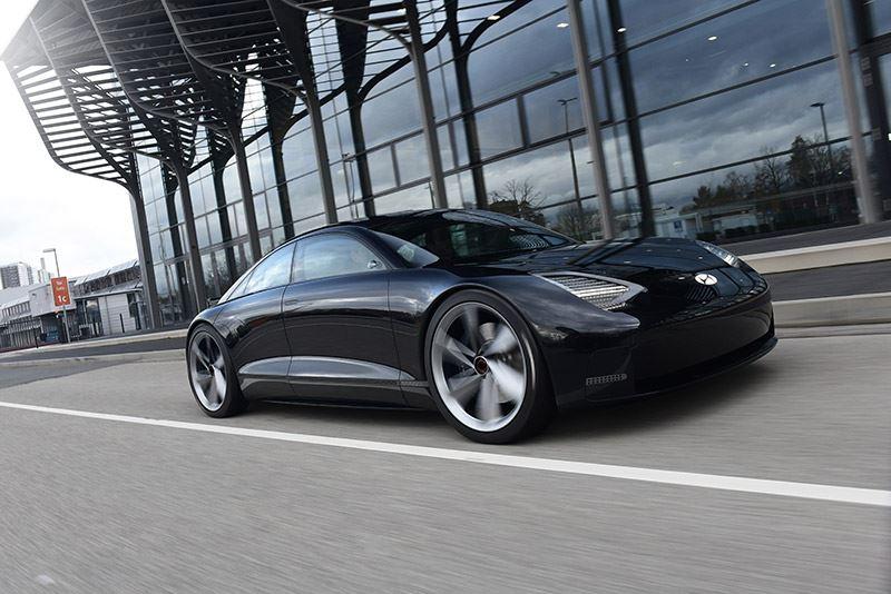 De elektrisch aangedreven concept car Hyundai Prophecy valt op door zijn vloeiende, spekgladde oppervlakken.
