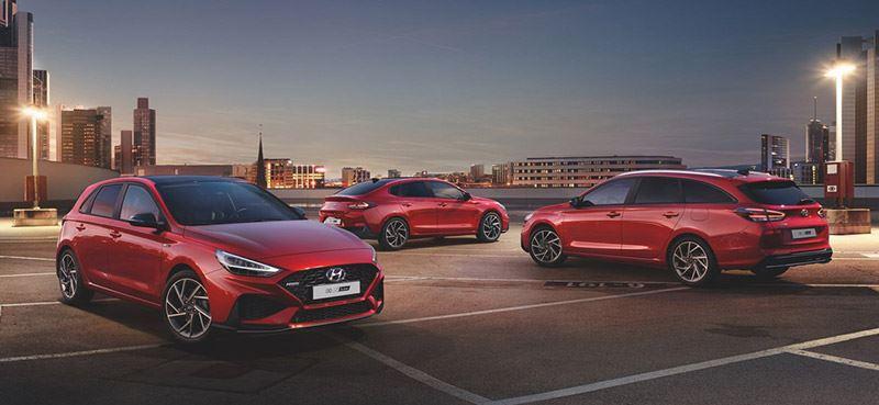 De Hyundai i30-familie, met v.l.n.r.: de Hyundai i30 Wagon, de Hyundai i30 en de Hyundai i30 Fastback.